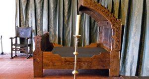 Postel v Karlově ložnici není z jeho doby