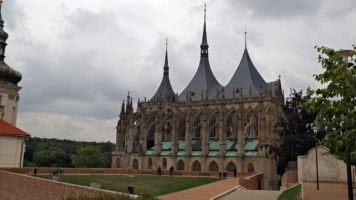 Kutná Hora: výlet na menhiry, procházka parkem a okolo Chrámu sv. Barbory