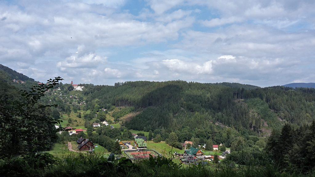 Pohled do údolí pod Žacléřem, vzadu kostel v Žacléři