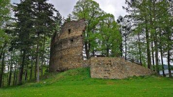 Zastávka na Vysočině u zříceniny hradu Dalečín a místního zámku